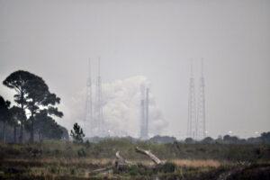 Statický zážeh Falconu 9 před čtvrtou ostrou misí s družicemi Starlink, jak jej vyfotil William Harwood.