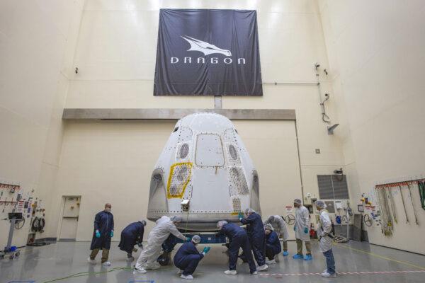 Crew Dragon pro misi DM-2 dorazil na floridský kosmodrom.