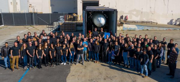 Zaměstnanci firmy Astra s raketou v kontejneru