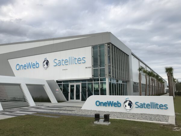 Výrobní hala družic OneWeb.