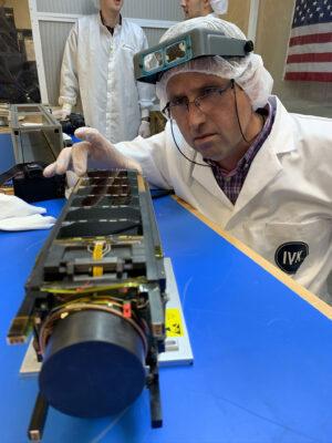 Cubesat Qarman během předstartovní přípravy.