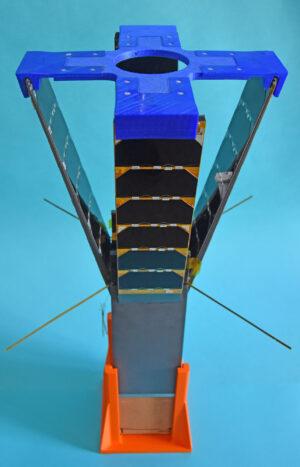 Cubesat Qarman se čtyřmi vyklopenými panely.