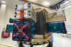 Dispenser připravený k odeslání na kosmodrom