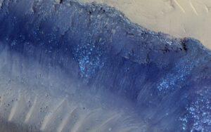 Dvě největší seismické události detekované sondou InSight vypadají, že mají svůj zdroj v oblasti zvané Cerberus Fossae. Vědci zde už dříve spatřili stopytektonické aktivity a pozorujeme zde i řícení balvanů.Snímek byl pořízen kamerou HiRISE sondy Mars Reconnaisance Orbiter. Zdroj: www.nasa.gov