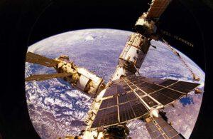 Mir pohledem z okénka připojeného raketoplánu