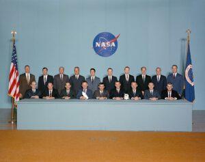 """Pátá skupina amerických astronautů, """"The Original Nineteen"""", jak ji v žertu pojmenoval John Young. Worden v zadní řadě, třetí zprava."""