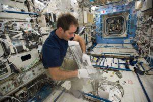 Thomas Pesquet při práci s ledničkou MELFI na ISS.