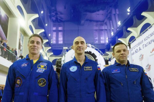 Zleva Chris Cassidy - Anatolij Ivanišin - Ivan Vagner při přípravě v Hvězdném městečku.