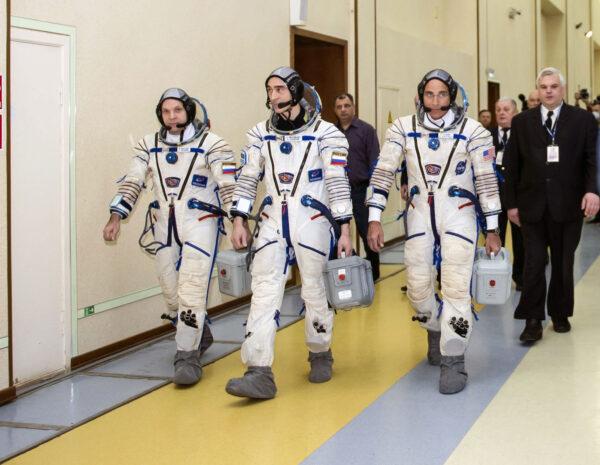 Astronauti z posádky Sojuzu MS-16 během přípravy ve Hvězdném městečku.