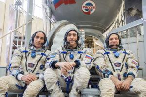 Cassidy - Ivanišin - Vagner před maketou lodi Sojuz.