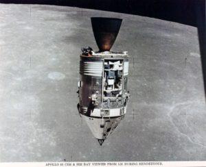 CSM s krásně viditelnou Sim Bay naplněnou přístroji pro distanční průzkum Měsíce