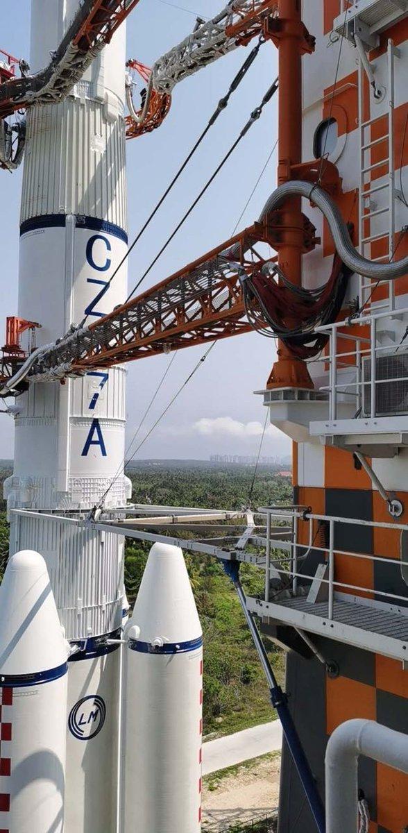 První exemplář rakety Dlouhý pochod 7A na rampě kosmodromu Wen-čchang.