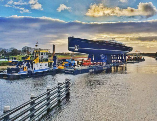 Svého druhu unikátní plachetnice Sea Eagle II na cestě do amsterdamské loděnice, kde proběhla instalace tří stěžňů.