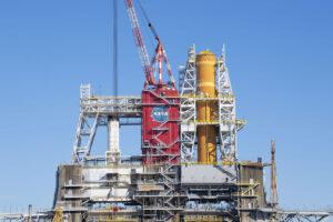 Centrální stupeň SLS v pozici B-2 testovacího stanoviště B. Levou pozici B-1 používá Aerojet Rocketdyne pro akceptační testování jednotlivých motorů RS-68 pro stupně CBC rakety Delta IV Heavy. Očekává se několik testů RS-68, zatímco bude centrální stupeň SLS v B-2.