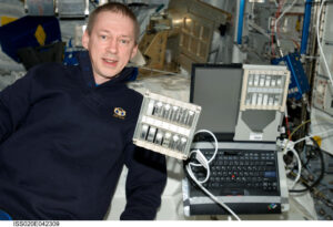 Belgický astronaut Frank De Winne s experimentem Foam-Stability na ISS v roce 2009