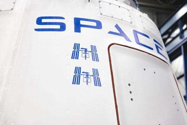 Dragon pro misi CRS-20 nese již dva symboly iSS na znamení dvou návštěv u ISS.