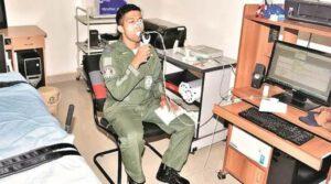 Jeden ze šedesátky adeptů na kosmonauta se podrobuje lékařské zkoušce. Identitu čtyř nakonec vybraných pilotů zatím neznáme.