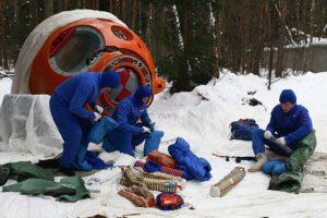 Ruští kosmonauti absolvují výcvikový kurz přežití v zimně a stejné podmínky čekají na Indické adepty.