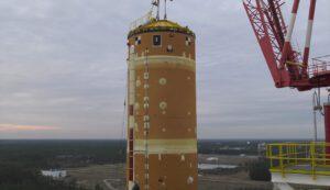 Zavěšený centrální stupeň SLS na stanovišti B-2 v přípravě na modální test