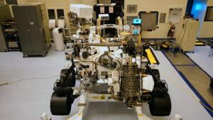 Rover Perseverance s připojenou destičkou - najdete ji v zadní části před radioizotopovým termoelektrickým generátorem.
