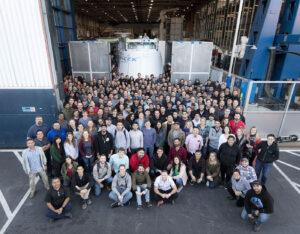 Zaměstnanci SpaceX se loučí s posledním exemplářem nákladní lodi Dragon první generace.