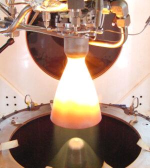 Zkouška raketového motoru, který vznikl v rámci programu TALOS (Thruster for the Advancement of Low-temperature Operation in Space)