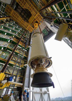 Sestavování rakety Vega pro březnový start s dispenzerem vyrobeným v Brně.