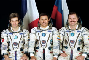 Posádka Sojuzu TM-27: (zleva) Eyharts, Musabajev, Budarin