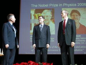George Smoot (uprostřed) a John Mather (vpravo) při převzetí Nobelovy ceny za fyziku pro rok 2006.