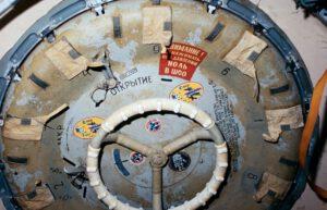 Nešťastný příklop, který nadělal kosmonautům mnoho vrásek