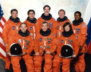Posádka STS-89: (zleva) Wolf, Edwards, Šaripov, Wilcutt, Reilly, Thomas, Dunbar, Anderson