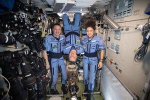 Posádka vracející se v Sojuzu MS-15. Zleva Andrew Morgan - Oleg Skripočka - Jessica Meir.