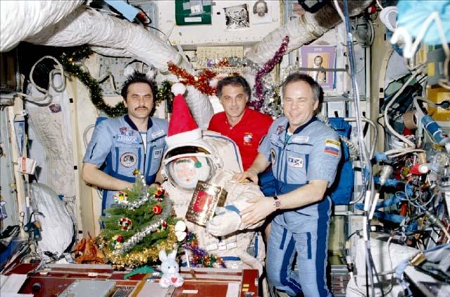 Přiletěl Santa (samozřejmě ve skafandru)!