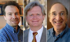 Držitelé Nobelovy cena za fyziku pro rok 2011. Zleva Adam Riess, Brian Schmidt a Saul Perlmutter.