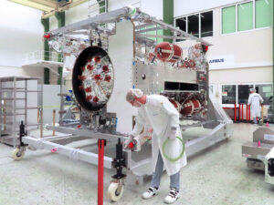 Ve Friedrichshafenu sonda JUICE dostane elektroniku, počítače, komunikační, či navigační systémy.