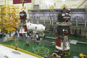 Snímek zachycuje finální integraci pilotované lodi Sojuz MS-16. V pravé části zatím stojí zásobovací loď Progress MS-14.