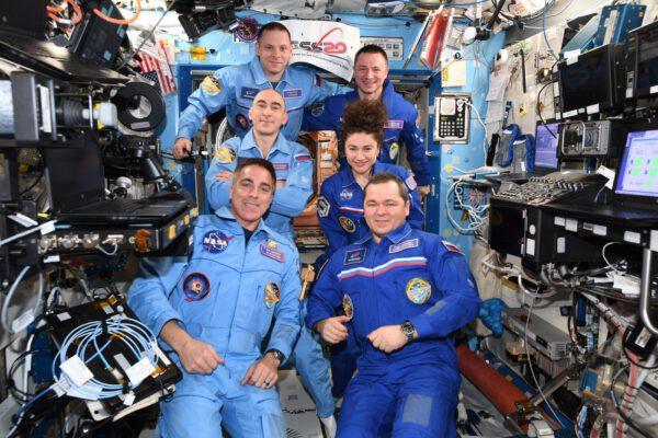 Ještě kompletní posádka stanice ze Sojuzu MS-15 a MS-16