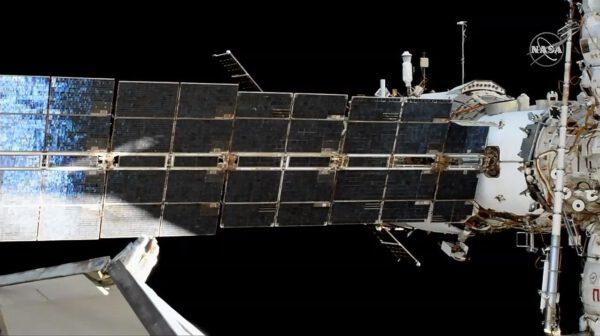 Sojuz MS-15 během odletu od stanice. Zde jsou vidět jen jeho solární panely