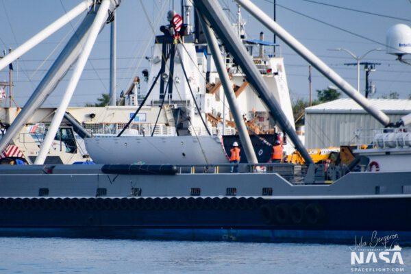 Aerodynamický kryt po návratu v přístavu. Přistál na hladinu oceánu
