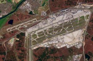letiště ve Frankfurtu nad Mohanem během epidemie COVID-19 vyfotila 30. března evropská družice Sentinel 2.