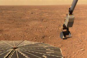 Sonda Phoenix měla při odběru materiálu na Marsu problémy s ulpíváním vzorků na lopatce.