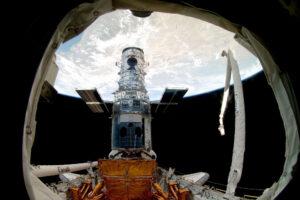 Pohled na Hubbleův kosmický teleskop během poslední servisní mise raketoplánu Atlantis STS-125 v květnu 2009