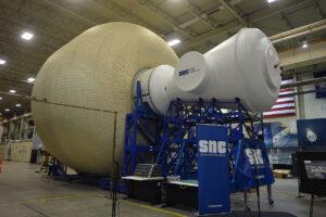 Pozemní prototyp nafukovacího modulu pro Gateway o průměru 8 metrů od Sierra Nevada v JSC