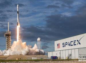 Falcon 9 při startu z rampy 39A na misi Es'hail-2. Stejný nosič má ze stejné rampy vynést i misi IM-1.