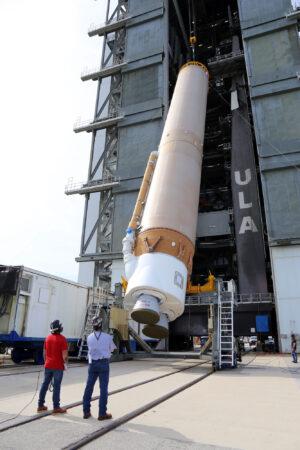 Zvedání prvního stupně rakety Atlas V pro misi USSF-7