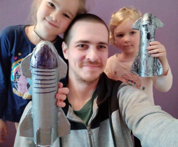 Sára (7), Klárka (4) a jejich šťastný tatínek s vítěznými výtvory.