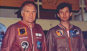 Původní ruská část posádky Sojuzu TM-29, Viktor Afanasjev a Sergej Treščov