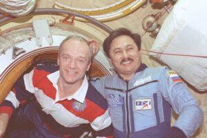 Velitel raketoplánu a velitel Miru po otevření příklopů