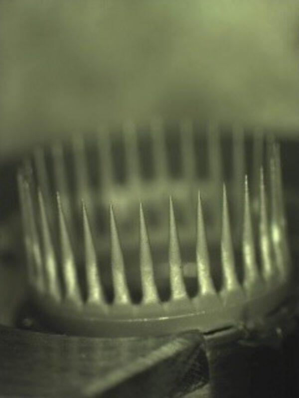 Detailní pohled na špičatou korunu systému IFM Nano Thruster