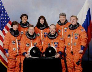 Posádka mise STS-91: (zleva) Lawrence, Chang-Diaz, Gorie, Kawandi, Precourt, Rjumin, Thomas